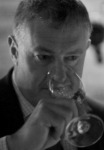 James Simpson, Master of Wine presentado por nbsp.verta.net, un prestamista establecido en Londres, que tiene su principal espectáculo de empeño en Londres, Bond Street